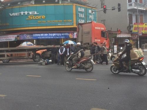 Nam Định: Va chạm với container, 3 người trên xe máy nhập viện