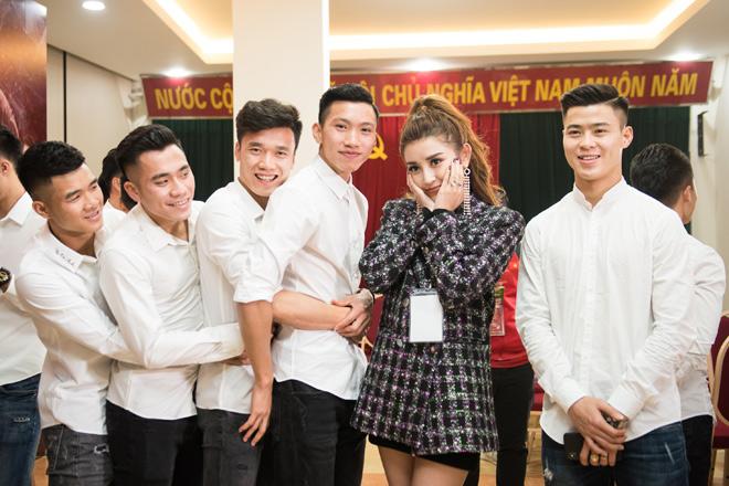 Huyền My khiến tuyển U23 Việt Nam ngại ngùng khi chụp hình