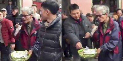 Ông cụ hát nhép rong kiếm bộn tiền tại chợ Viềng xuân Nam Định gây sốt vì trí nhớ siêu phàm