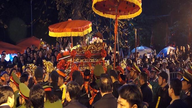 Lắp camera 'soi' việc ném tiền lên kiệu ấn đền Trần