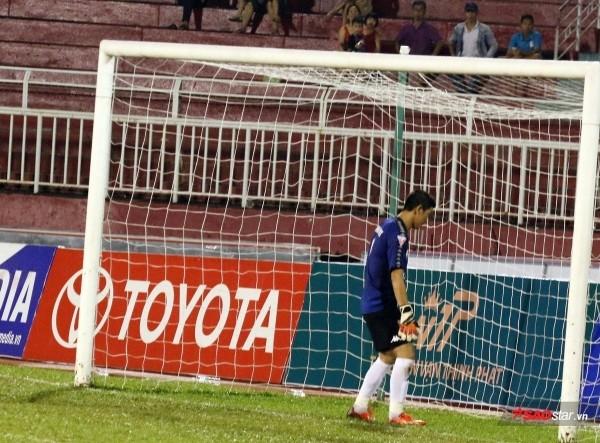 Thủ môn quay lưng khi bắt penalty được VFF giảm án phạt