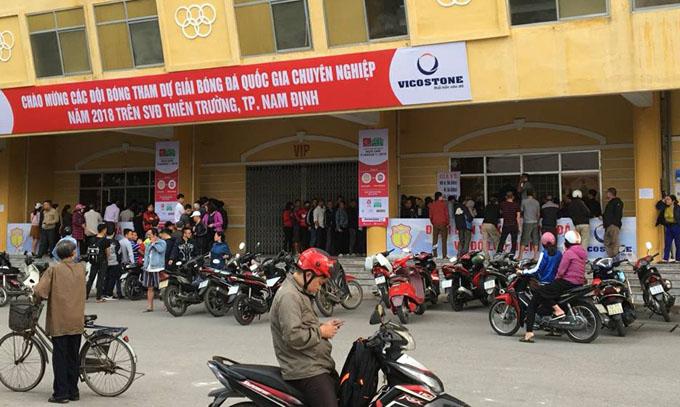 """Phe vé đất Hà thành """"càn quét"""" sân Thiên Trường trước trận Nam Định vs Hải Phòng"""