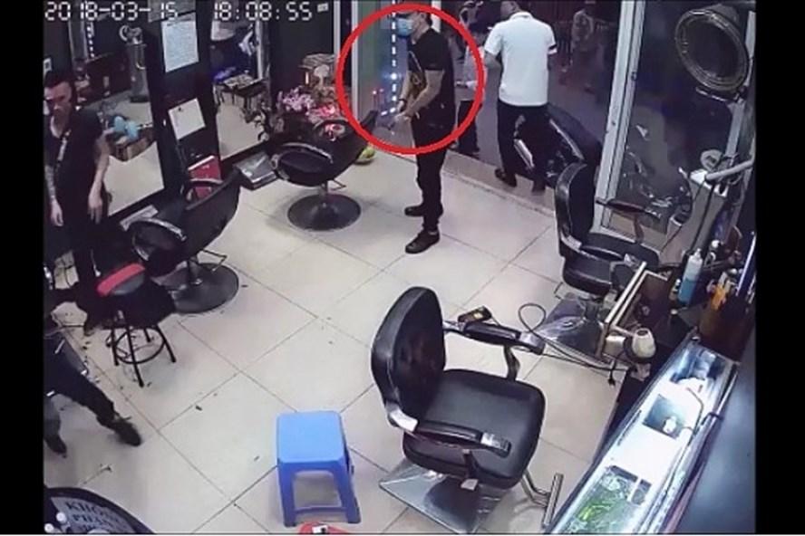 Vụ nổ súng ở tiệm cắt tóc: Do mâu thuẫn trong tình ái