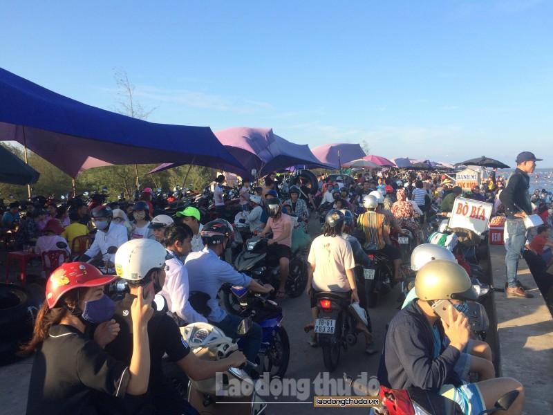Trong dịp nghỉ lễ 30/4, 1/5, hàng vạn du khách từ khắp nơi đã đổ về bãi biển Quất Lâm