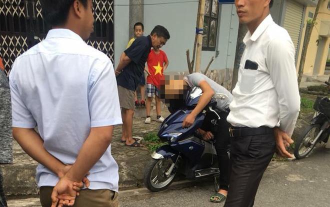 Bàng hoàng phát hiện nam thanh niên chết gục trên xe máy đỗ ven đường