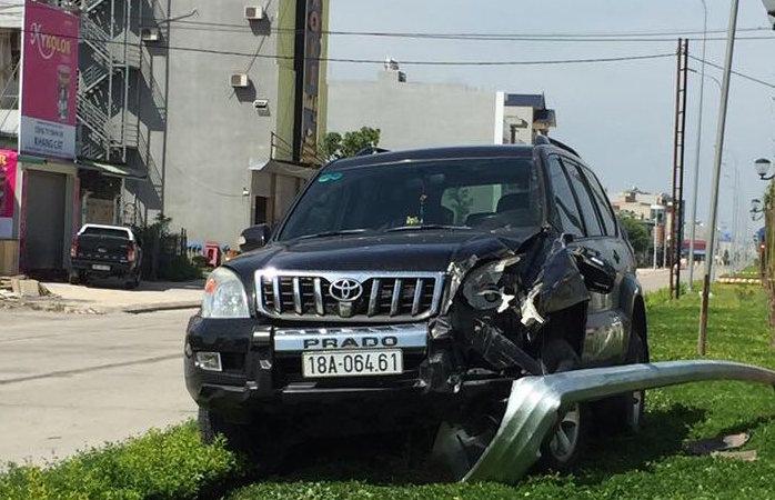 Toyota Prado biển Nam Định lao lên dải phân cách, húc gãy văng cột đèn chiếu sáng
