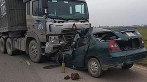 Nam Định: Xe con đấu đầu xe tải, một đại úy biên phòng tử vong