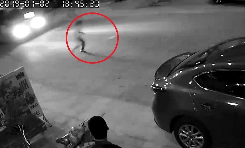 Clip: Mải đuổi theo quả bóng, cậu bé suýt bị xe buýt tông trúng