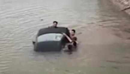 Nam Định: Ô tô lao xuống sông, người dân nhảy xuống đ.ập v.ỡ kính giải cứu tài xế