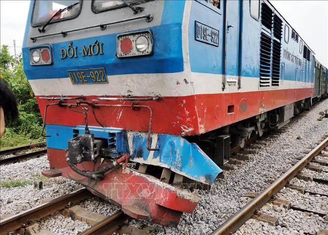 """Tàu hỏa """"ủi"""" văng xe tải tại Nam Định, lái xe may mắn thoát chết"""