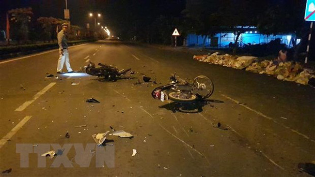 Nam Định: Hai xe máy nát tươm sau cú đấu đầu cực mạnh, 3 người đi cấp cứu