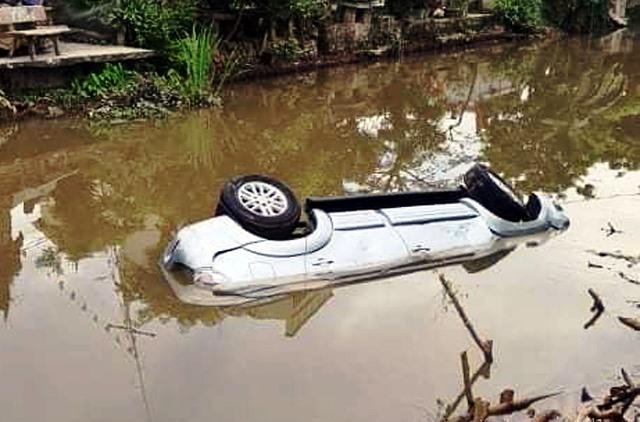 Nam Định: Ôtô mất lái lao xuống sông, 3 người thương vong