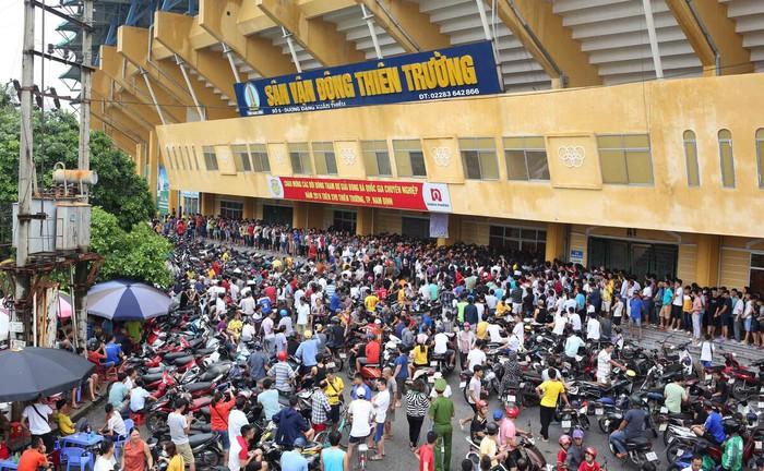 Khán giả phải đeo khẩu trang khi xem Nam Định đấu HAGL