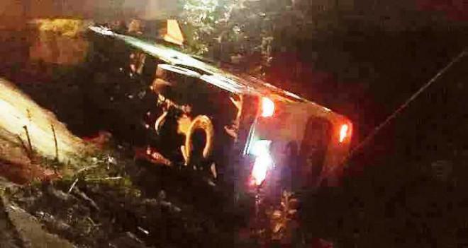 Xe khách chở 30 học sinh   đi chụp kỷ yếu bị lật trong đêm