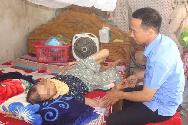 Nỗi ân hận của người con trai đánh mẹ già 84 tuổi bại liệt
