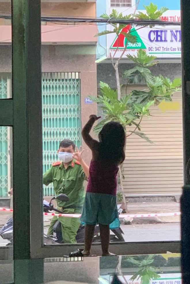 """Hình ảnh chiến sĩ công an vùng """"tâm dịch"""" Đà Nẵng đi qua nhà, vẫy chào con gái qua khung cửa kính gây xúc động"""