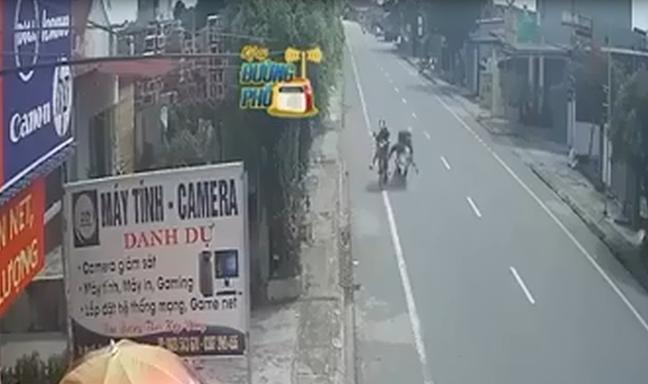 Clip: Cô gái đi từ ngõ ra, gây tai nạn cho 2 bố con đi xe máy rồi bỏ chạy tại Nam Định