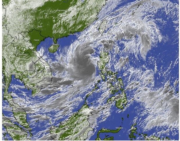Ngày 27/10, bão số 9 giật cấp 17 di chuyển nhanh 20-25km và bắt đầu ảnh hưởng đến đất liền