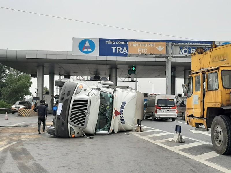 Nam Định Xe container leo lên dải phân cách lật nghiêng gần trạm thu phí
