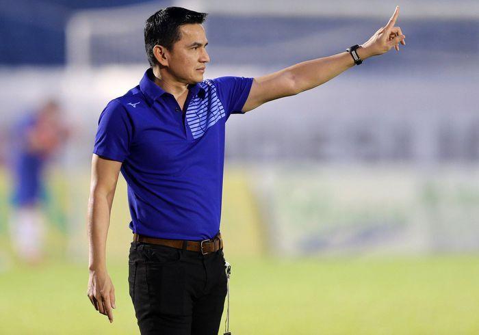 Kiatisak kinh ngạc về khả năng chơi bóng của cầu thủ Nam Định