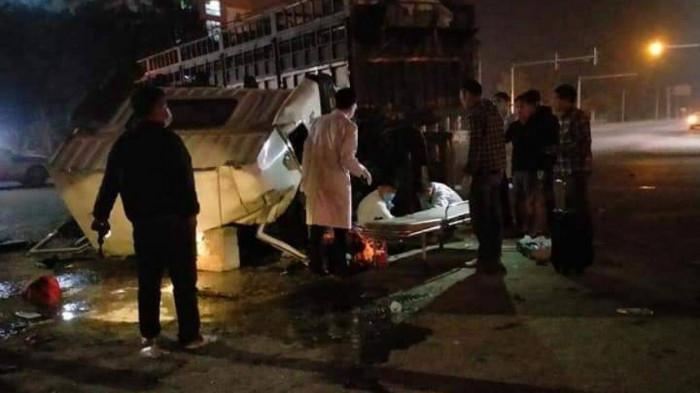 TAI NẠN NGHIÊM TRỌNG: Xe tải va chạm với xe đầu kéo biển Nam Định, 6 người bị thương