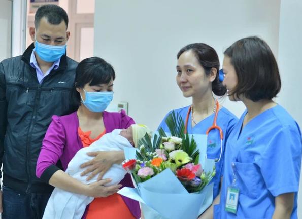 """Bé trai bị bỏ rơi ngày 29 Tết đã có bố mẹ nuôi, bác sĩ bật khóc nói lời tạm biệt: """"Mạnh mẽ lên con nhé!"""""""