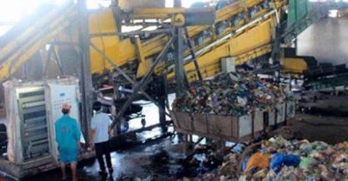 Clip: Nam công nhân bị máy xúc hất xuống hố nghiền rác, khoảnh khắc tử vong thương tâm khiến nhiều người xót xa