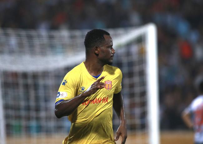 Oussou Konan đang là niềm cảm hứng trên hàng công của CLB Nam Định