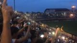 Nhờ sự cố cúp điện, sân vận động Thiên Trường, Nam Định được một lần hóa biển trời sao thu nhỏ