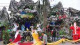 Lạ mắt hang đá đêm Noel được trang trí bể cá, với cá sấu hỏa tiễn 12kg ở Nam Định