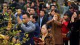 Hàng ngàn người chen chân về đền Trần trước giờ khai ấn