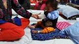 Xót lòng bé gái nhiễm trùng máu, bố mẹ không dám đưa về Hà Nội chữa bệnh