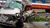 Nam Định: Hiện trường vụ tai nạn tàu hỏa tông bẹp dúm ô tô chở khách đi lễ