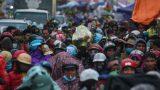 Du khách đổ về chợ Viềng 'mua may bán rủi' bất chấp thời tiết mưa rét