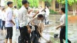 Nam Định: Đang chụp ảnh kỷ yếu bỗng trời đổ mưa, học sinh có bộ ảnh siêu lầy