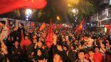 """U23 tạo """"cơn địa chấn"""", người dân diễu hành xuyên đêm"""
