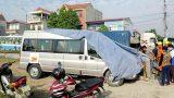 Nam Định: Cố vượt ngang đường sắt, xe hoa 12 chỗ bị tàu đâm
