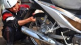 Người thợ sửa xe điêu luyện chỉ với một… bàn tay