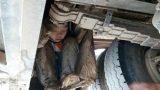 Xót xa 2 bé trai lấm lem bùn đất, trốn dưới gầm xe khách suốt quãng đường 90km vì muốn gặp bố mẹ
