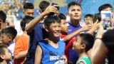Em bé Nam Định chạy theo xin chai nước của Văn Hậu và cái kết bất ngờ