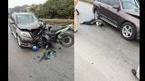 Xe máy len lỏi vào đường ngược chiều rồi đâm dính chặt vào đầu xe Mercedes