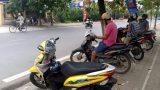 Phụ huynh Nam Định 'xếp hàng' đón con