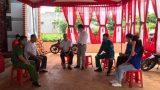 Hi hữu đám cưới mùa COVID: Hàng xóm khiêng giúp về mỗi nhà 1 bàn tiệc để gia chủ qua tiếp khách