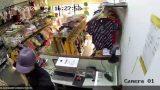 Bắt thanh niên cầm dao đâm nhân viên shop quần áo, cướp tài sản