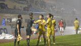 Trọng tài khiến Nam Định mất oan bàn thắng bị treo cờ