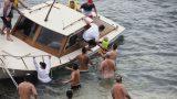 Khách bơi khỏa thân cứu tàu mắc cạn ở Sydney
