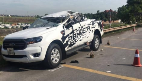 Ô tô bán tải biến dạng sau va chạm với xe tải, hai người tử vong tại chỗ