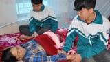 Nam Định: Bố chết, mẹ ung thư di căn, 2 anh em sinh đôi nhường nhau đi học