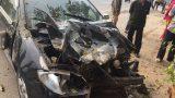 Nam Định: Xe con mất lái đâm vào máy trộn bê-tông bên đường rồi dừng lại dưới gốc cây