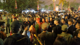 Chùm ảnh: Người dân chen lấn, trèo cây, cướp lộc tại đêm khai ấn đền Trần